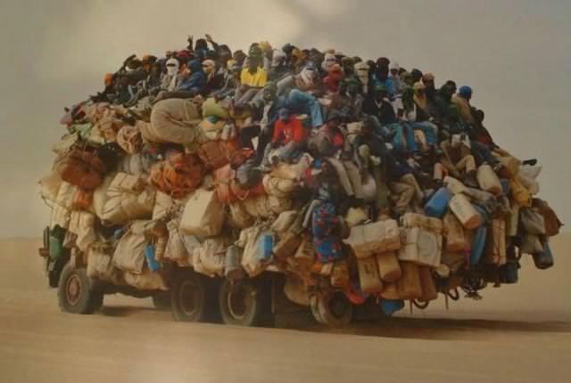 トラックに、人と荷物が乗りすぎぃ〜!