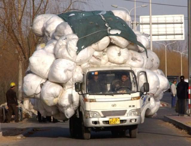 トラックに荷物を乗せすぎぃ〜!(いつ荷崩れしても不思議ではない)
