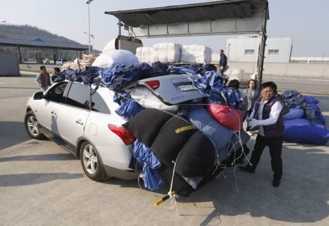 後部トランクから荷物がはみ出している車