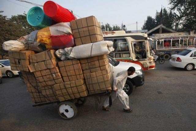 人力車で、重たそうな大量のダンボール箱を運びすぎぃ〜!