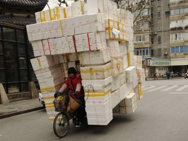 荷物の乗せすぎで、左右・後方確認が不可能な自転車