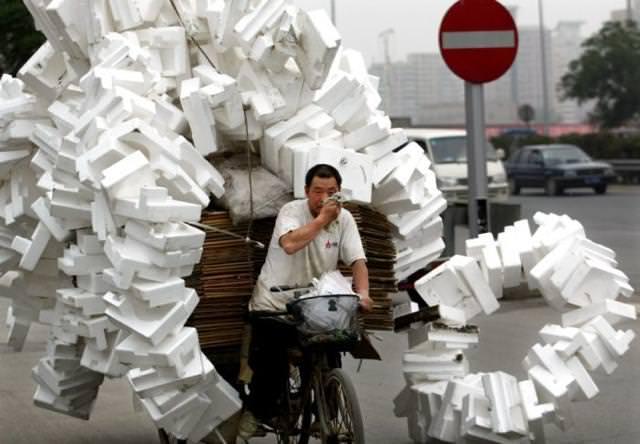 積み過ぎで、とうとう荷崩れしちゃった自転車