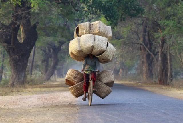 絶妙なバランス感覚で、大量の荷物を抱えながら自転車を操作する人