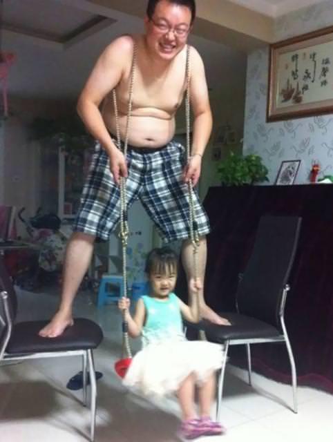 育児のアイディア:家の中でブランコになってあげるイクメンパパ