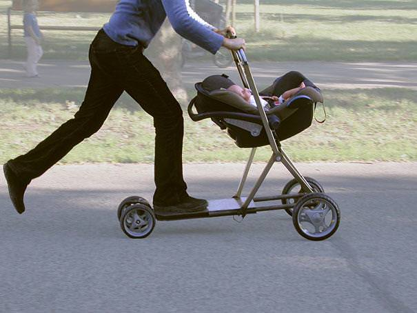 育児のアイディア:ローラースルーGOGOで遊びながら、子供のお世話をするイクメンパパ