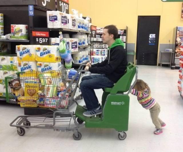 育児のアイディア:子供に、自分が乗ったカートを押させるイクメンパパ
