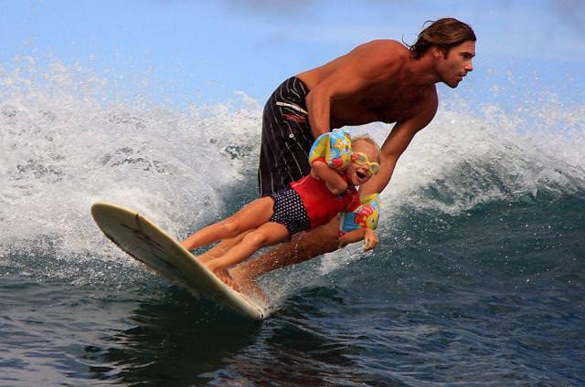 育児のアイディア:子供を抱きかかえながら、スポーツに必要な感覚を掴ませてあげるイクメンパパ