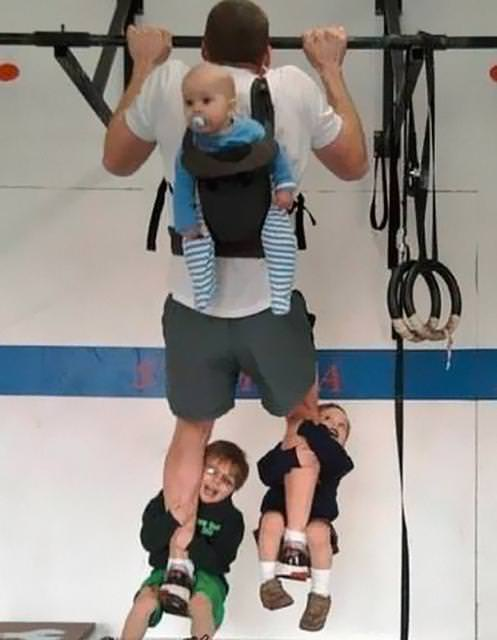 育児のアイディア:子供をバーベル代わりにしてトレーニングに励むイクメンパパ