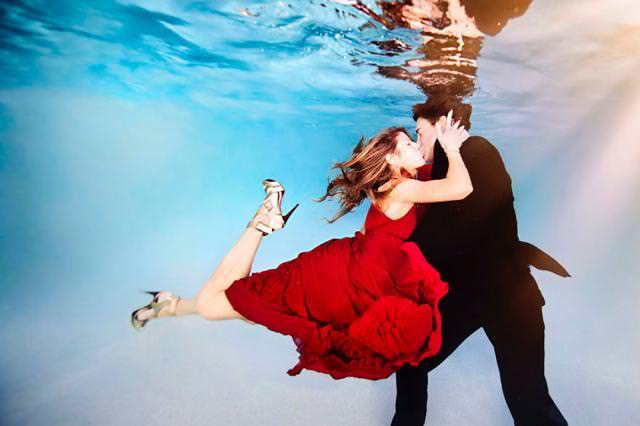 カップルの水中写真:抱きついてくる彼女への情熱的なキス