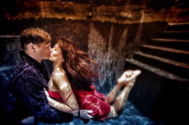 カップルの水中写真:宙に浮いている彼女を、彼氏が抱きしめてキスを交わすカップル