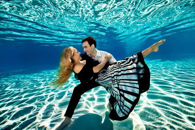 カップルの水中写真:芸術的なハグ