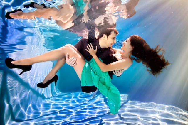 カップルの水中写真:お姫様抱っこで婚約者を抱きかかえる彼氏
