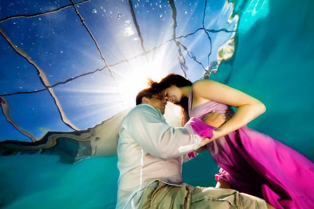 カップルの水中写真:両手を取り合って未来を誓い合う恋人たち
