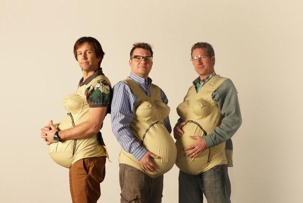 妊婦体験ジャケットを着用中の男性3人