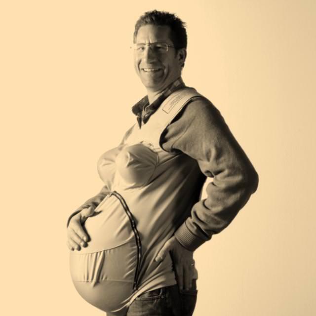 妊婦体験中の Jason Bramley氏