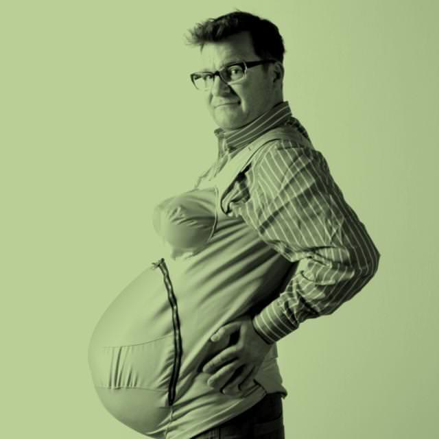 妊婦体験中の Steven Hanson氏