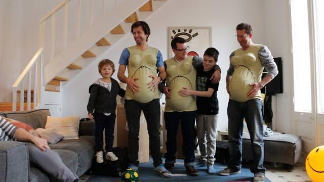 男性たちが初めて妊婦体験ジャケットを着用した様子