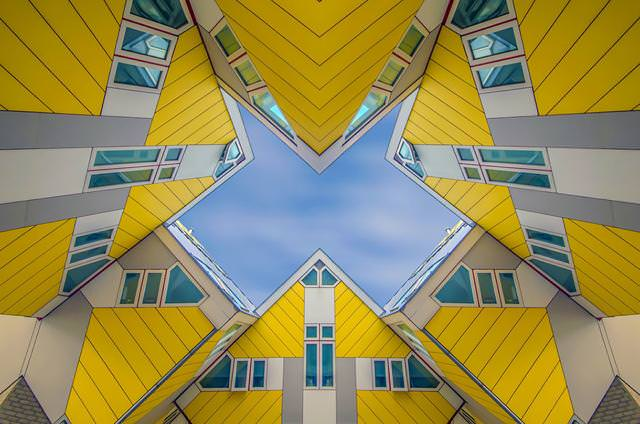 芸術的な屋根が特徴のCube houses
