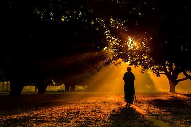 早朝の散歩に出かけるヒンドゥー僧