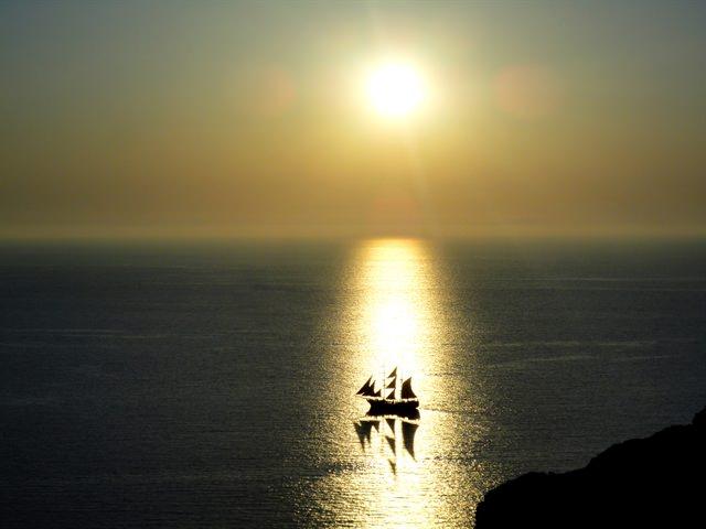 夕日に照らされる帆船ヨット
