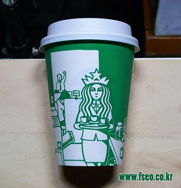 スタバロゴのパロディ4:コーヒーを運んでいるOL