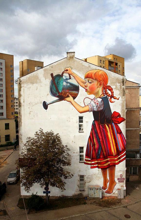 上手いストリートアート:ジョウロで水をあげる巨人の少女