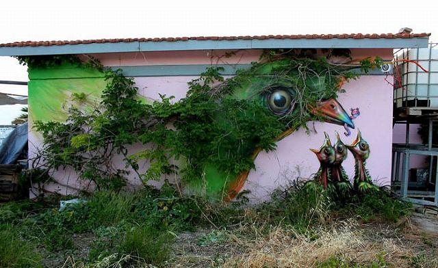 上手いストリートアート:ヒナに餌をあげる親鳥