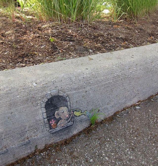 上手いストリートアート:草に水をあげているネズミ