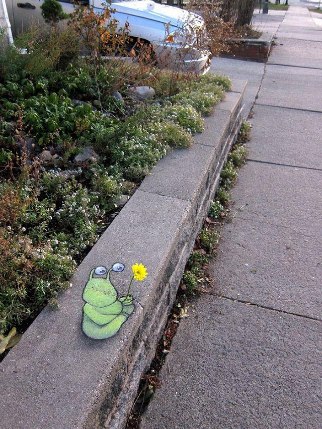 上手いストリートアート:花を持って佇むモンスター