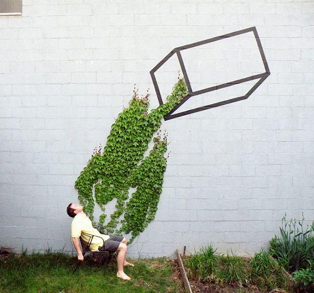 上手いストリートアート:大量にゴミを振りかけられる少年