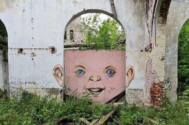 上手いストリートアート:頭の中が透き通って見える人造人間