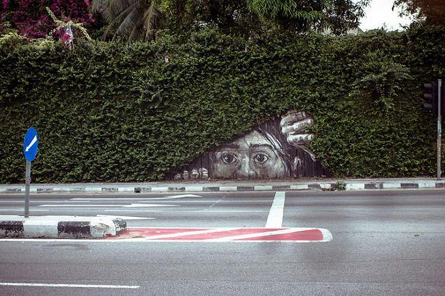 上手いストリートアート:覗いているリアルな顔