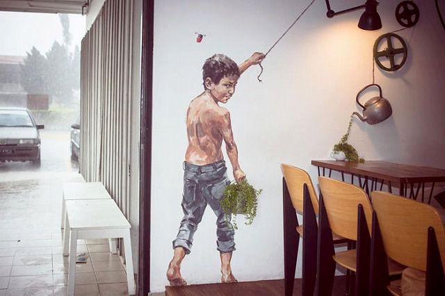 上手いストリートアート:イタズラを企んでいる少年