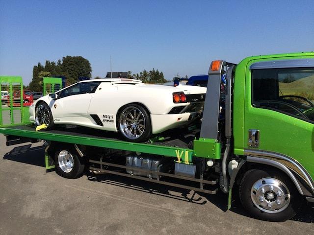 スーパーカーを運ぶトラック