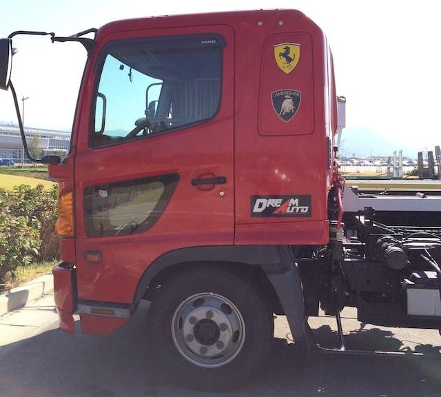 フェラーリとランボルギーニのエンブレムが付いているトラック