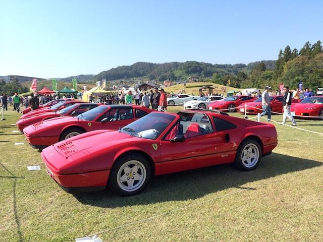 真っ赤なフェラーリのオープンカーたち