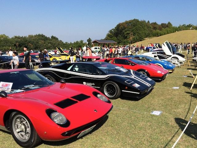 珍しい形のスーパーカーの大群
