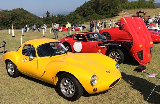 黄色のクラシックカー(スーパーカー)