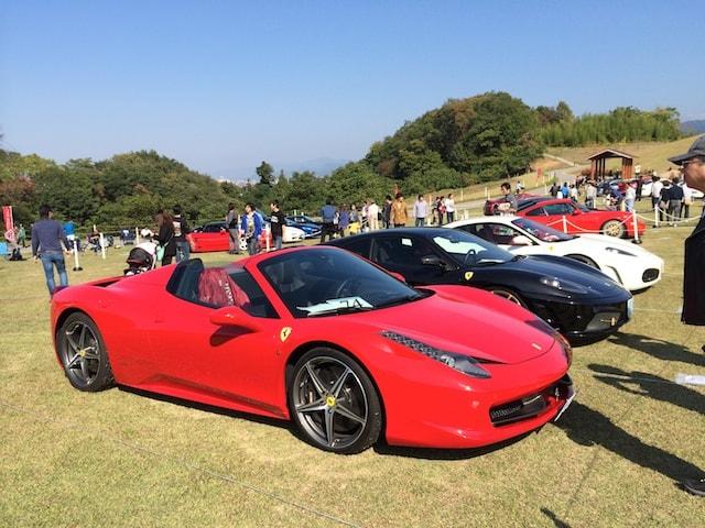 赤色フェラーリのオープンカー