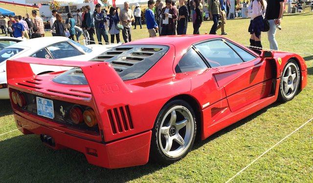 リア・スポイラー(ウイング)付きの真っ赤なフェラーリF40