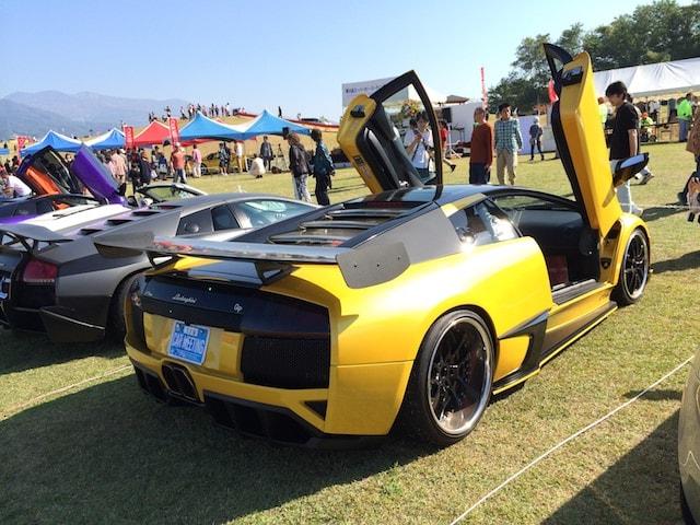 黄色と黒のランボルギーニ車両後部