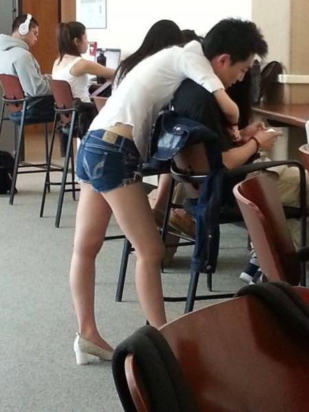 目の錯覚の面白写真:男性っぽくないセクシーな腰と足だと思ったら・・・