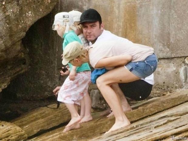 目の錯覚の面白写真:男性がキュッとお尻を突き出しているのかと思いきや・・・