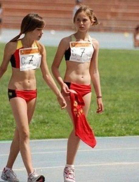 目の錯覚の面白写真:一本足の女子アスリート?!