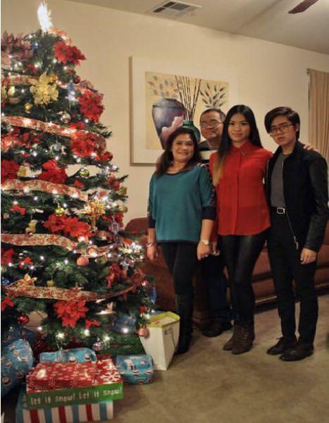 目の錯覚の面白写真:4人でクリスマスパーティーの記念撮影?!