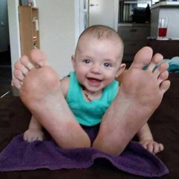 目の錯覚の面白写真:足の裏がやけに大きすぎる赤ちゃん