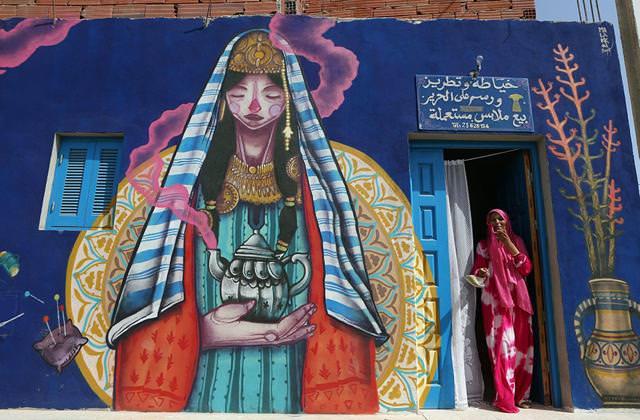 スペイン人の描いたストリートアート:民族衣装に身を包んだ美女