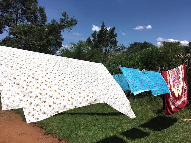 ウガンダ(アフリカ)で洗濯物を干す