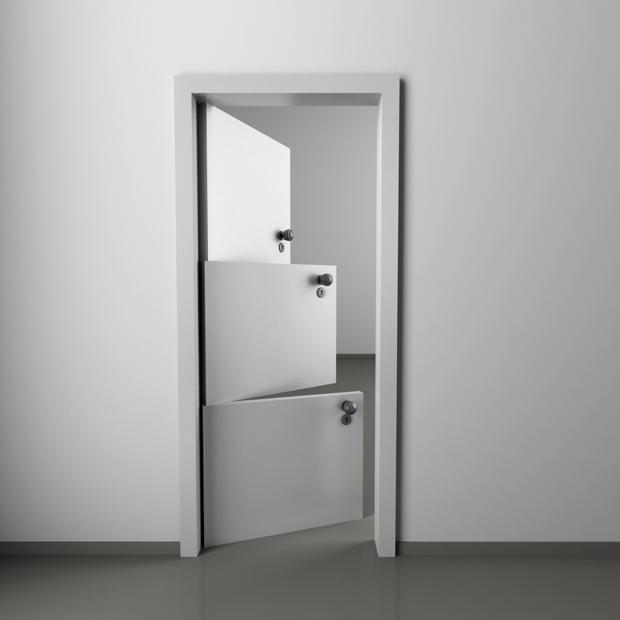 不便なデザイン:3つも扉がついているドア