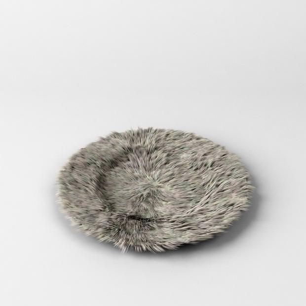 不便なデザイン:毛皮で作られた、燃えやすい灰皿